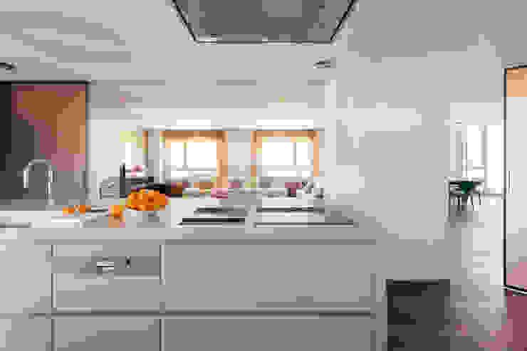 Salón desde cocina Cocinas de estilo moderno de ESTER SANCHEZ LASTRA Moderno
