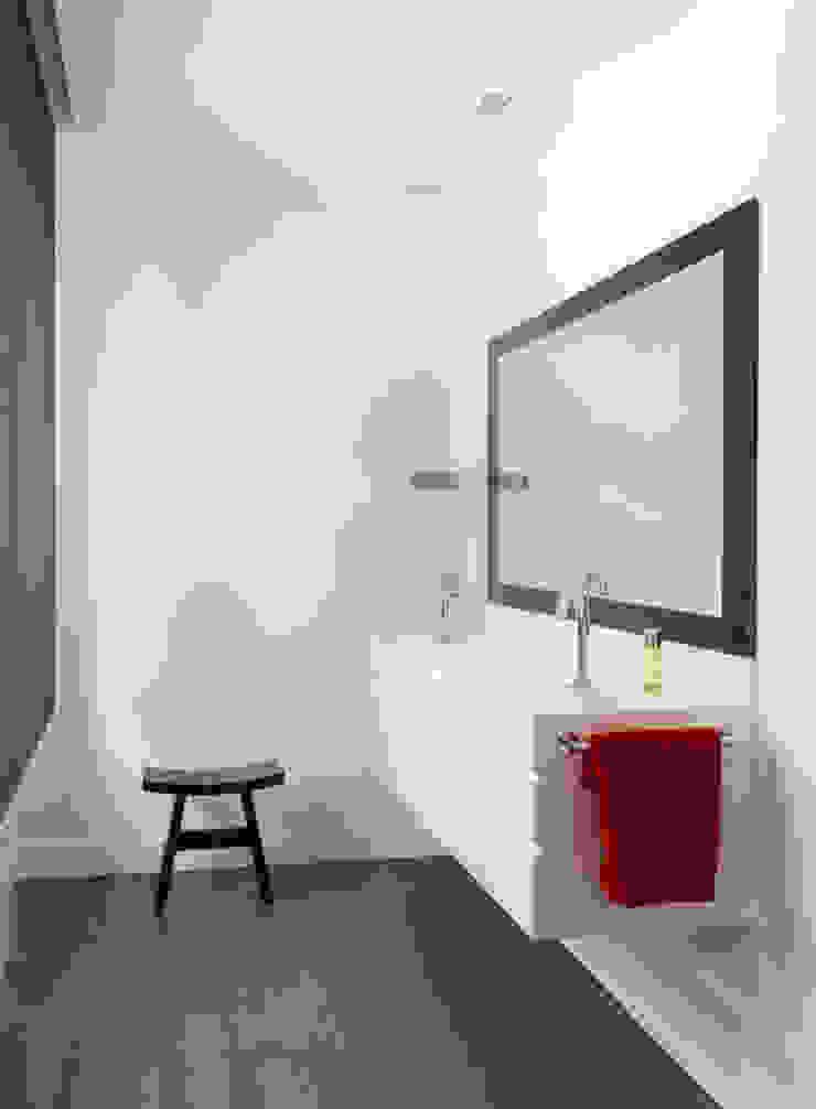 Lavabo Baños de estilo moderno de ESTER SANCHEZ LASTRA Moderno