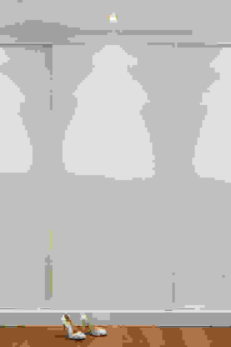 Detalle diseño de puertas Casas de estilo moderno de ESTER SANCHEZ LASTRA Moderno