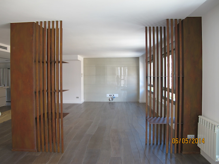 Detalle separación entre salón y comedor, forrado de pilares. Casas de estilo moderno de ESTER SANCHEZ LASTRA Moderno