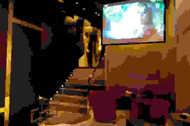 Subida a los baños Espacios comerciales de estilo moderno de ESTER SANCHEZ LASTRA Moderno