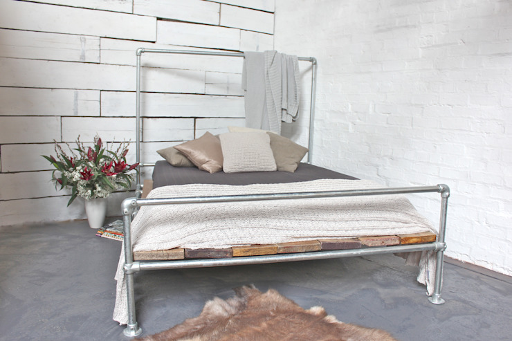 Galvanised Steel Pipe and Reclaimed Scaffolding Board Kingsize Bed - Bespoke Urban Furniture by www.inspiritdeco.com de homify Moderno