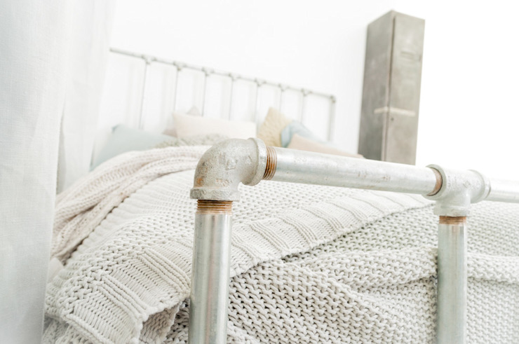 Galvanised Steel Pipe and Industrial Scaffolding Fittings Kingsize Bed - Bespoke Urban Furniture by www.inspiritdeco.com от homify Лофт