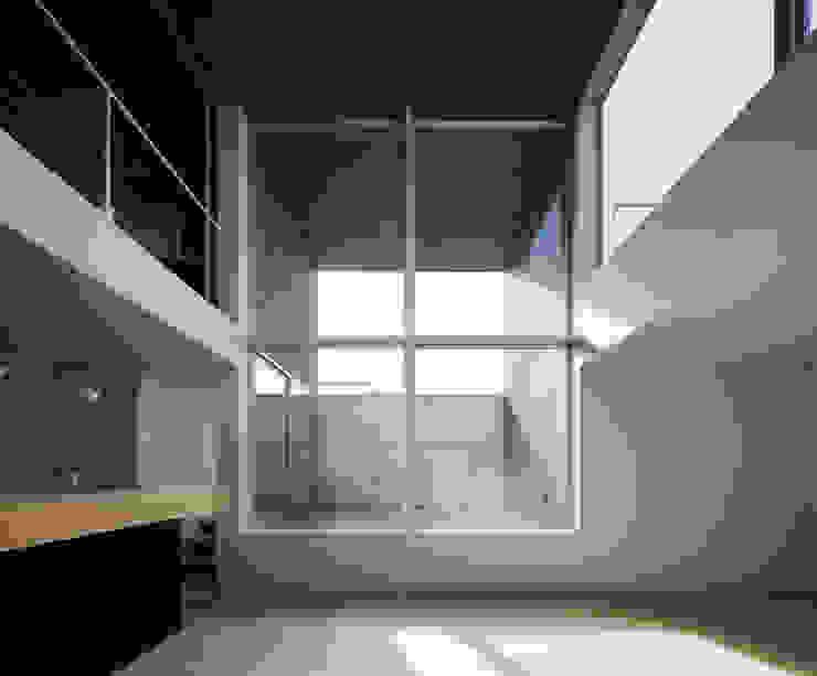 ∩∪ (and or): 岩崎整人建築設計事務所 (Iwasaki Architect and associates)が手掛けたテラス・ベランダです。,モダン