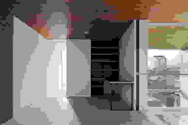 ∩∪ (and or) モダンスタイルの寝室 の 岩崎整人建築設計事務所 (Iwasaki Architect and associates) モダン