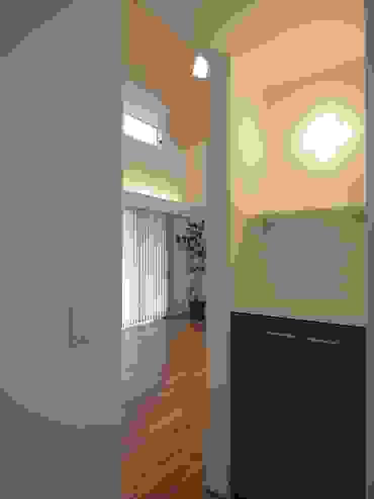 廊下からリビング ai建築アトリエ オリジナルスタイルの 玄関&廊下&階段