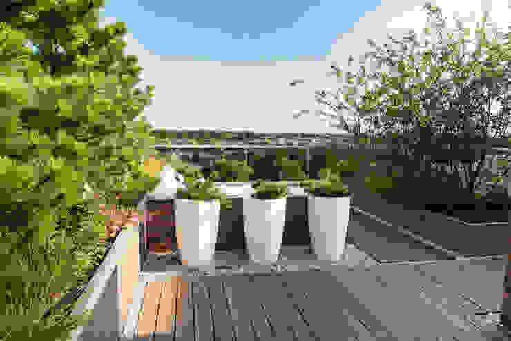 Zeven hoog ontspannen in Ibiza stijl Moderne balkons, veranda's en terrassen van Studio REDD exclusieve tuinen Modern