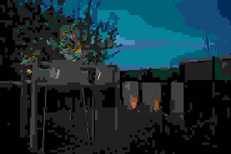 Zeven hoog ontspannen in Ibiza stijl:  Terras door Studio REDD exclusieve tuinen,