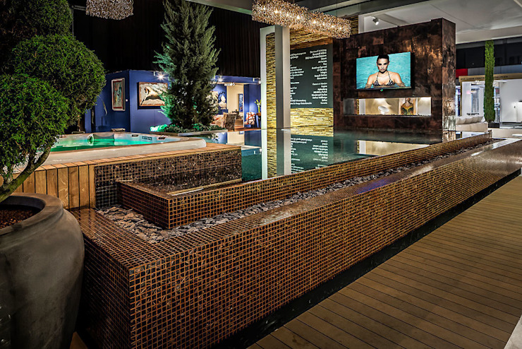 Zwembad met openhaard en TV andere zijde. Mediterrane zwembaden van B&G Audio Video Solutions BV Mediterraan