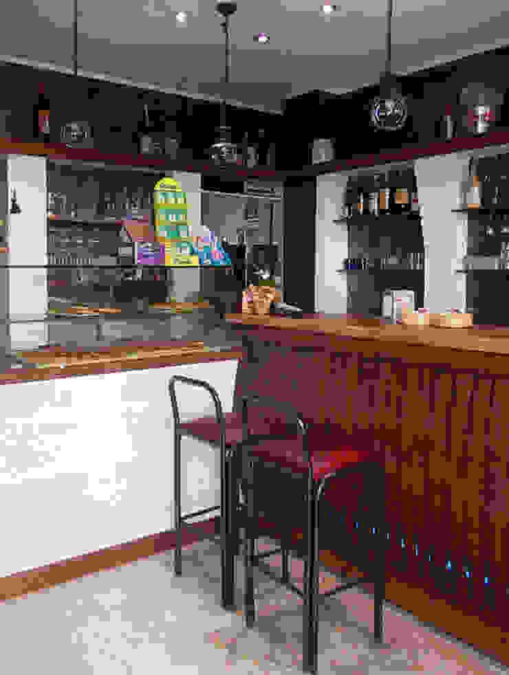 Banco bar e vetrina Negozi & Locali commerciali in stile rustico di Arch. Fabio Pacillo Rustico