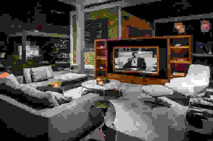 Magic Mirror tv verwerkt in Audio Video meubel. Moderne woonkamers van B&G Audio Video Solutions BV Modern