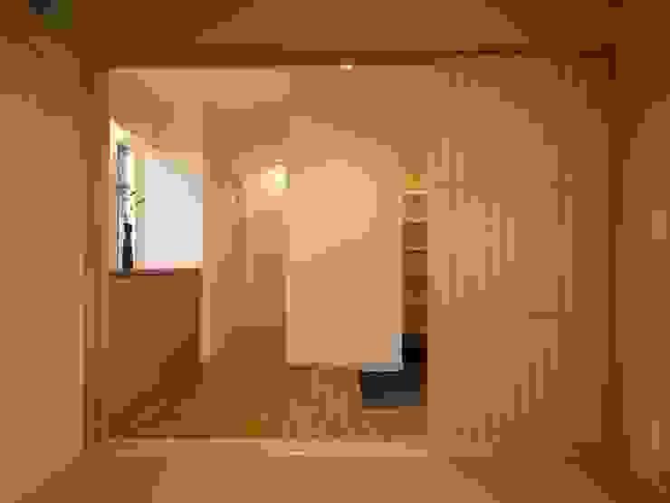 和室から玄関ホール ai建築アトリエ オリジナルスタイルの 玄関&廊下&階段