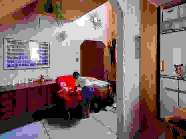 1950-house ラスティックな 多目的室 の AtelierorB ラスティック 合板(ベニヤ板)