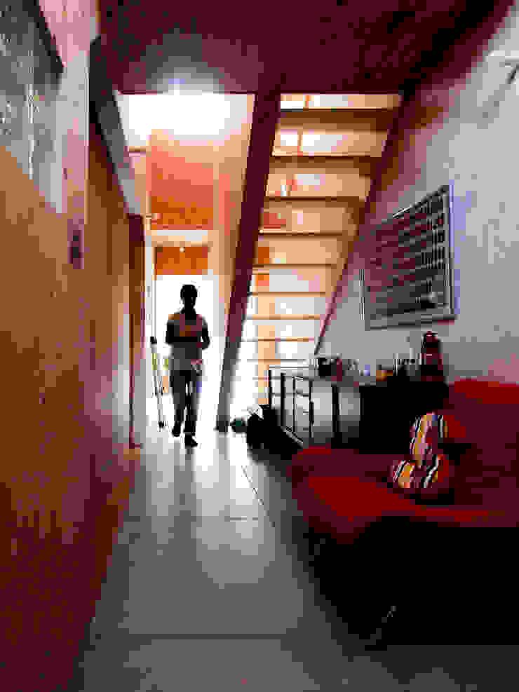 AtelierorB Rustic style corridor, hallway & stairs
