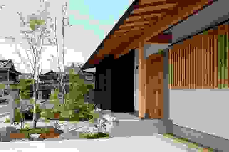 美しい軒裏 の 小笠原建築研究室 モダン 木 木目調