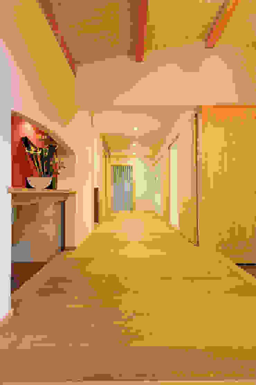 ゆったりとした玄関ホール モダンスタイルの 玄関&廊下&階段 の 小笠原建築研究室 モダン 無垢材 多色