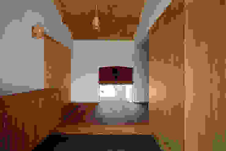 土間玄関 の 小笠原建築研究室 モダン 無垢材 多色