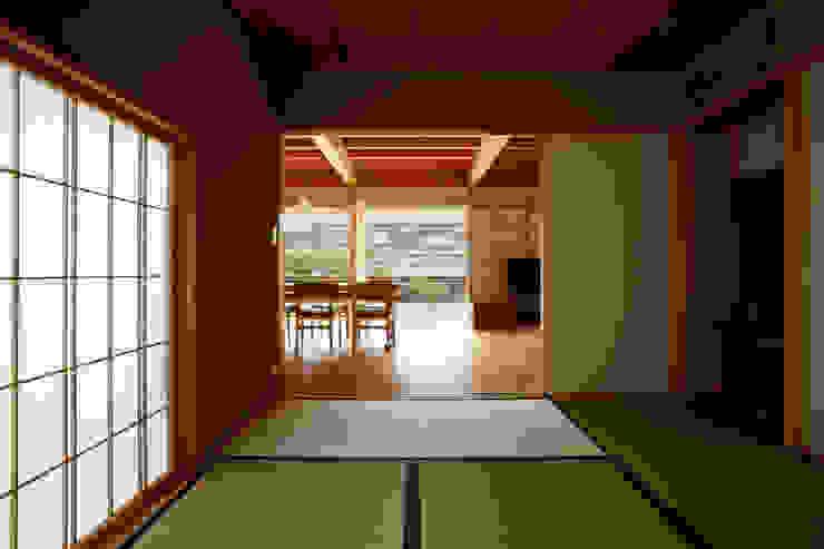 和室より見る モダンデザインの 多目的室 の 小笠原建築研究室 モダン 無垢材 多色