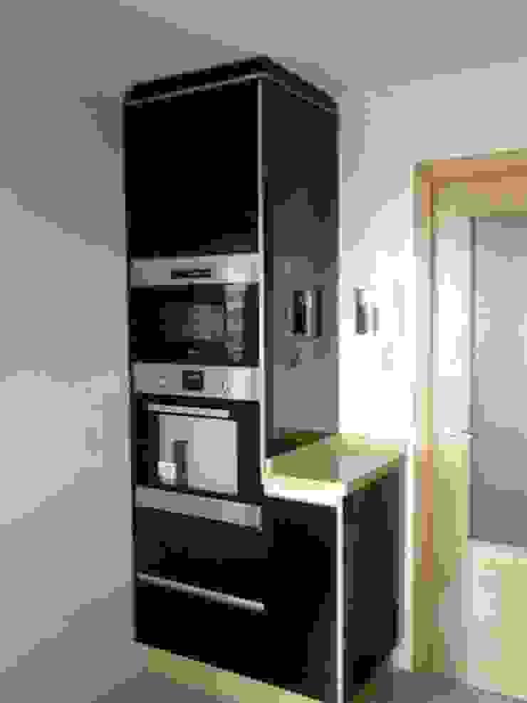 Cocina negro-pistacho. El contraste de la elegancia. de SQ-Decoración Moderno