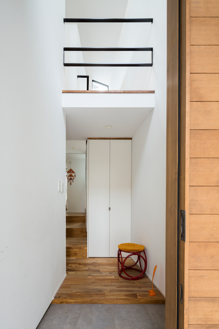 Modern Corridor, Hallway and Staircase by Studio R1 Architects Office Modern