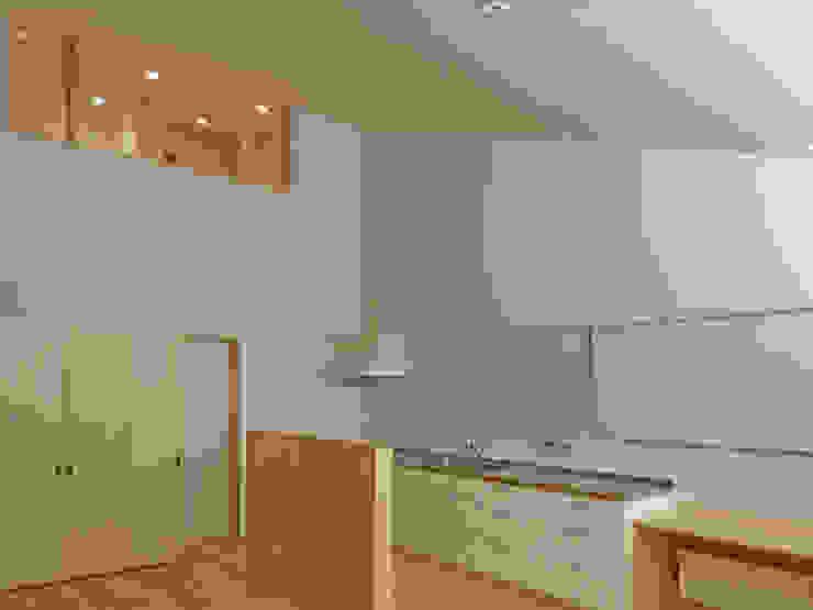 キッチンと2階書斎のつながり ミニマルデザインの キッチン の 田所裕樹建築設計事務所 ミニマル