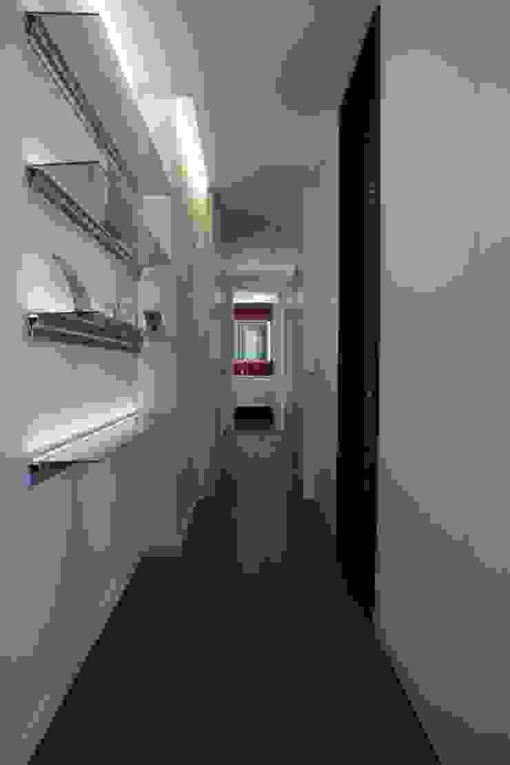 corridor Moderner Flur, Diele & Treppenhaus von FG ARQUITECTES Modern