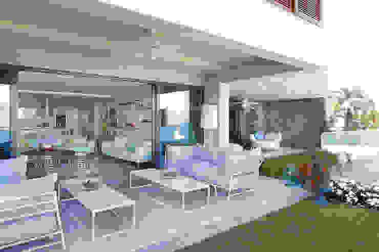 Balcones y terrazas de estilo moderno de Escapefromsofa Moderno