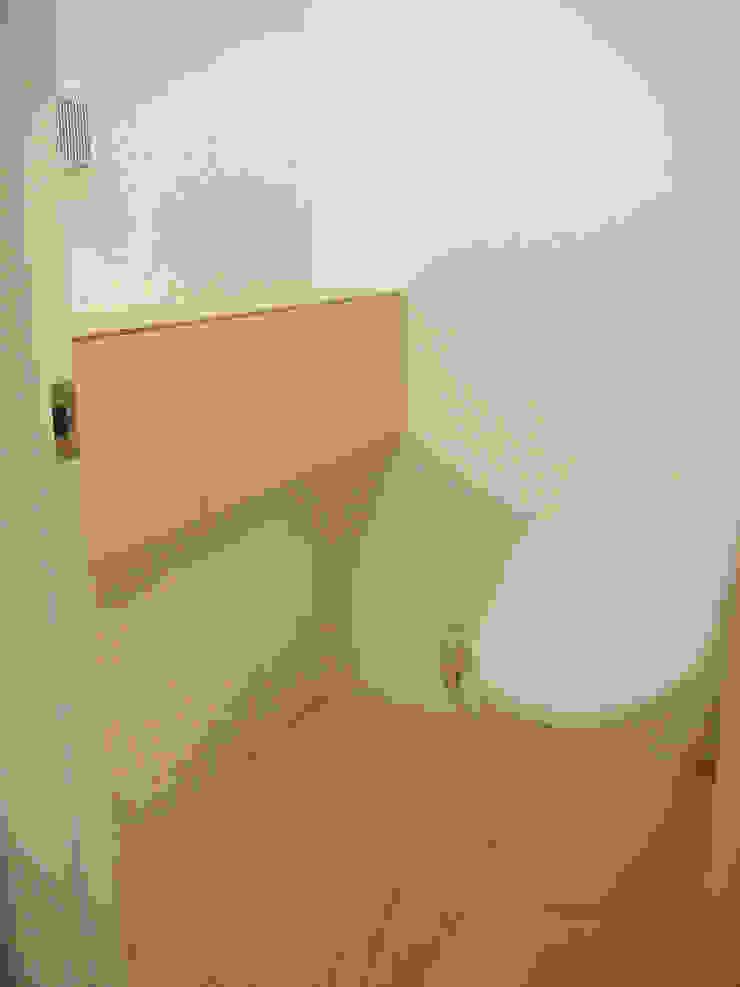 トイレとカウンター収納 ミニマルスタイルの お風呂・バスルーム の 田所裕樹建築設計事務所 ミニマル