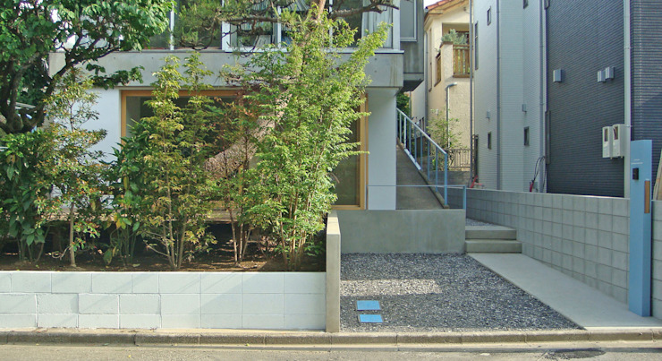 生垣と駐車スペース ミニマルな 庭 の 田所裕樹建築設計事務所 ミニマル