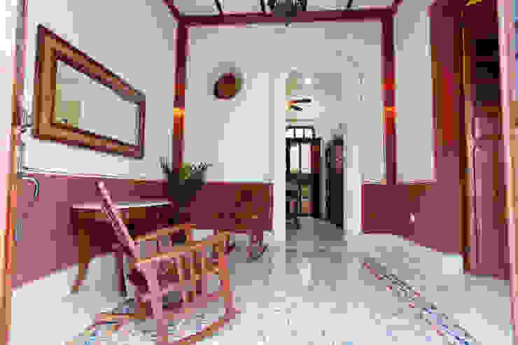 Kolonialny korytarz, przedpokój i schody od Arturo Campos Arquitectos Kolonialny