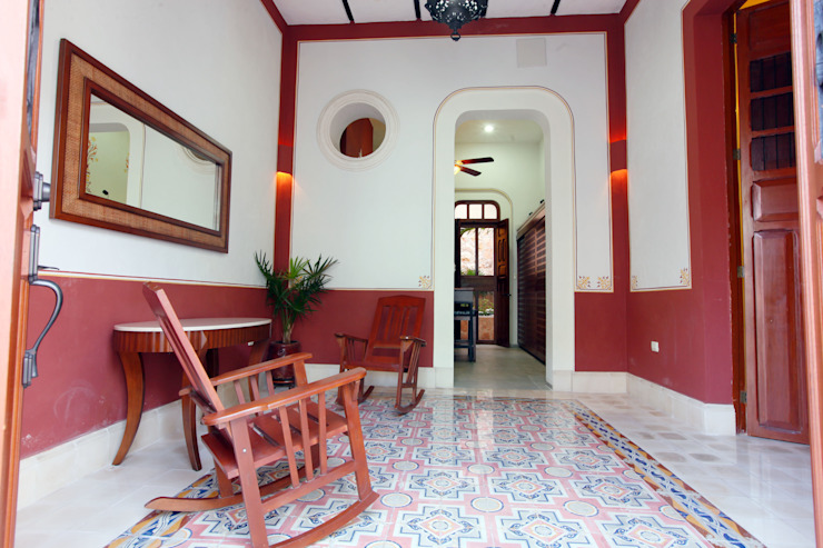 Couloir, entrée, escaliers coloniaux par Arturo Campos Arquitectos Colonial