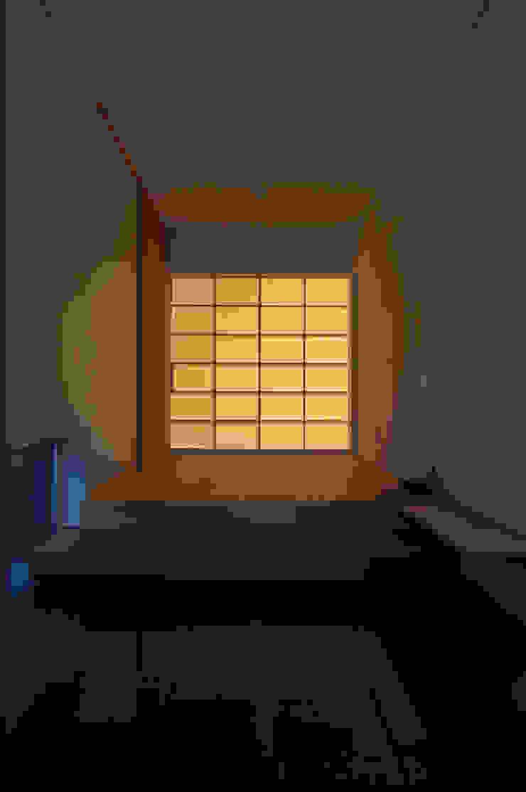 玄関の光壁 ラスティックスタイルな 壁&床 の DEMU建築設計事務所 ラスティック