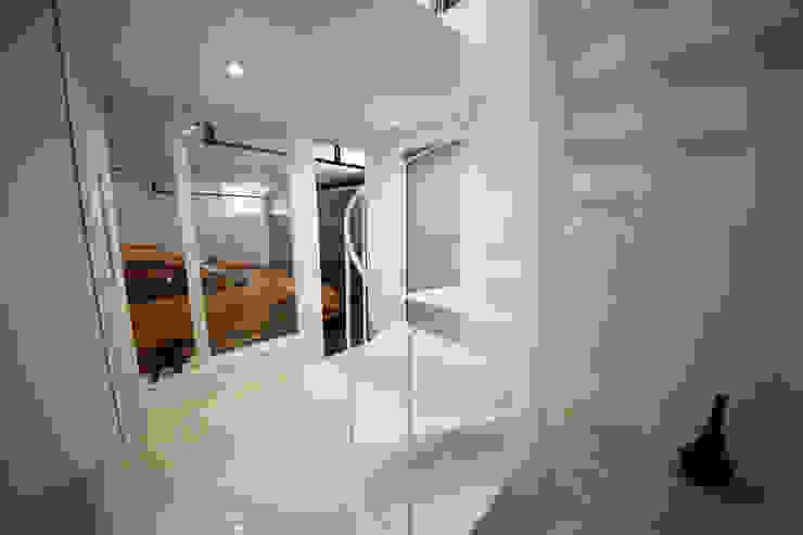 Garage/Rimessa in stile moderno di 一級建築士事務所・スタジオインデックス Moderno
