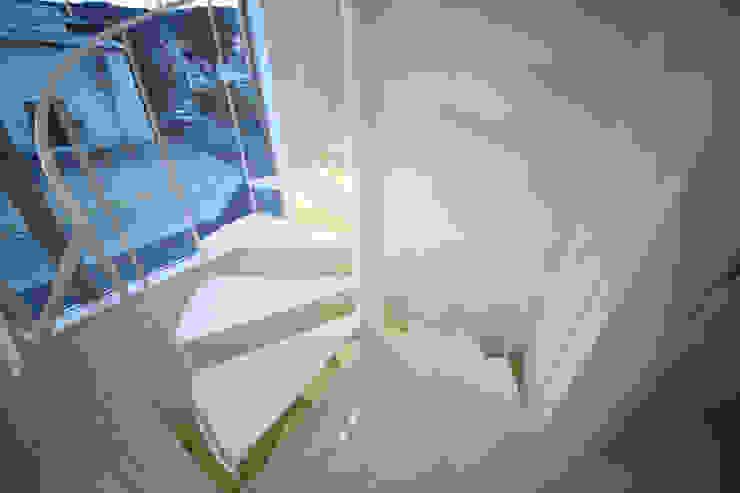 Couloir, entrée, escaliers modernes par 一級建築士事務所・スタジオインデックス Moderne