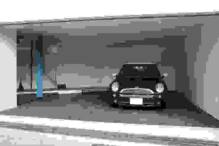 Garajes y galpones de estilo moderno de 一級建築士事務所・スタジオインデックス Moderno