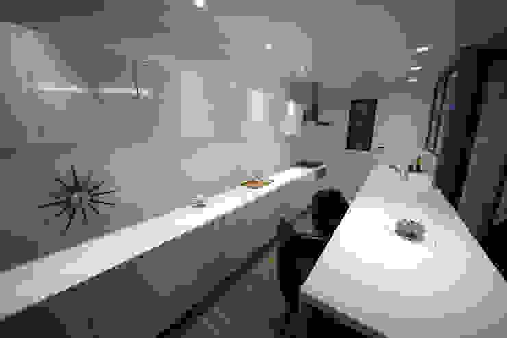 Cocinas de estilo moderno de 一級建築士事務所・スタジオインデックス Moderno