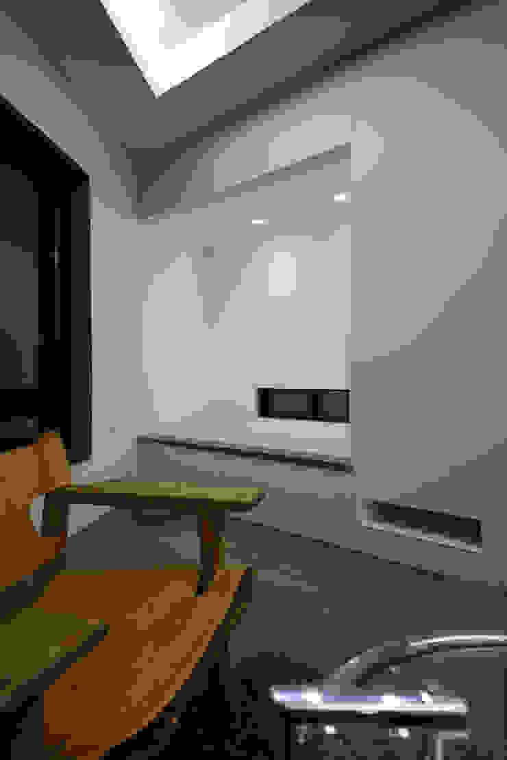 Salas de entretenimiento de estilo moderno de 一級建築士事務所・スタジオインデックス Moderno