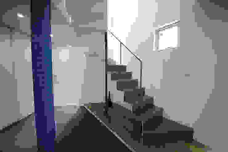 Pasillos, vestíbulos y escaleras de estilo moderno de 一級建築士事務所・スタジオインデックス Moderno