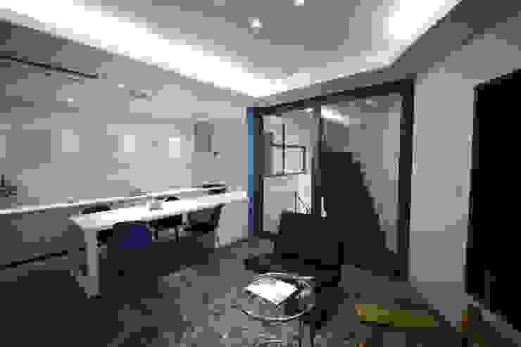 Salas de estilo moderno de 一級建築士事務所・スタジオインデックス Moderno