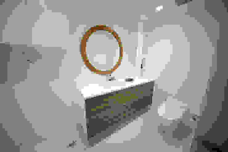 Baños de estilo moderno de 一級建築士事務所・スタジオインデックス Moderno