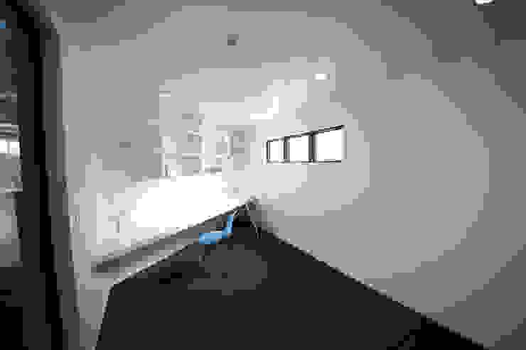 Cuartos infantiles de estilo moderno de 一級建築士事務所・スタジオインデックス Moderno