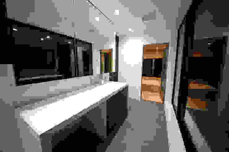 S邸ガレージハウス モダンスタイルの お風呂 の 一級建築士事務所・スタジオインデックス モダン