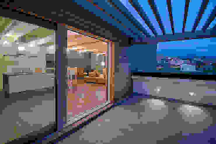 L'attinia e il paguro, una casa di legno sul tetto. Balcone, Veranda & Terrazza in stile moderno di Daniele Menichini Architetti Moderno