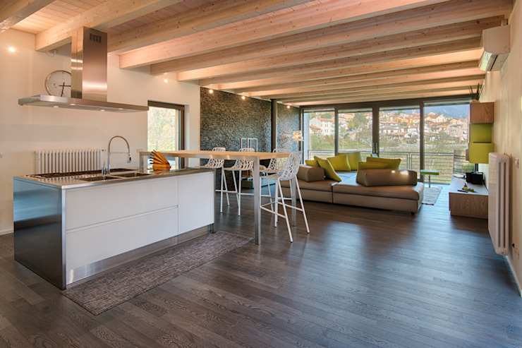 L'attinia e il paguro, una casa di legno sul tetto. Cucina moderna di Daniele Menichini Architetti Moderno