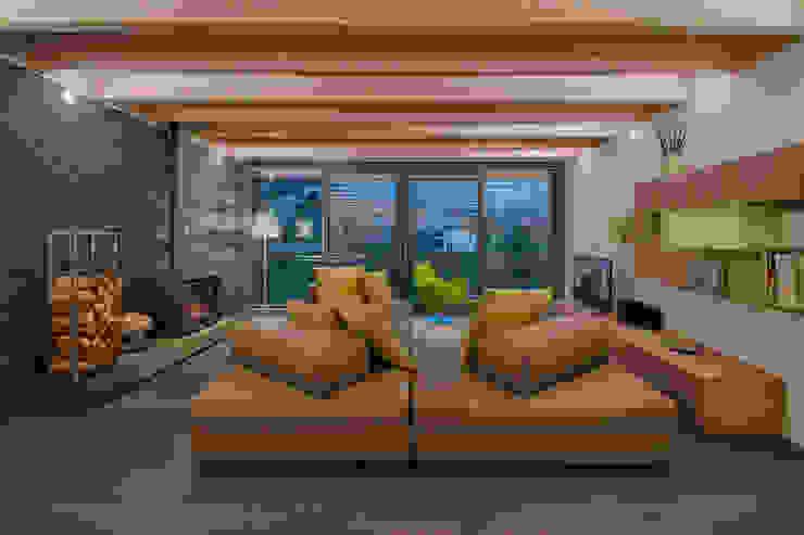 L'attinia e il paguro, una casa di legno sul tetto. Soggiorno moderno di Daniele Menichini Architetti Moderno