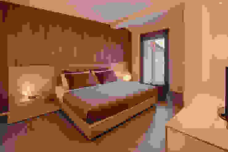 L'attinia e il paguro, una casa di legno sul tetto. Camera da letto moderna di Daniele Menichini Architetti Moderno