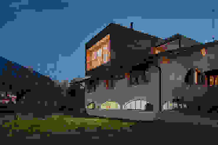 L'attinia e il paguro, una casa di legno sul tetto. Case moderne di Daniele Menichini Architetti Moderno