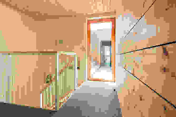 現代風玄關、走廊與階梯 根據 TICA 現代風