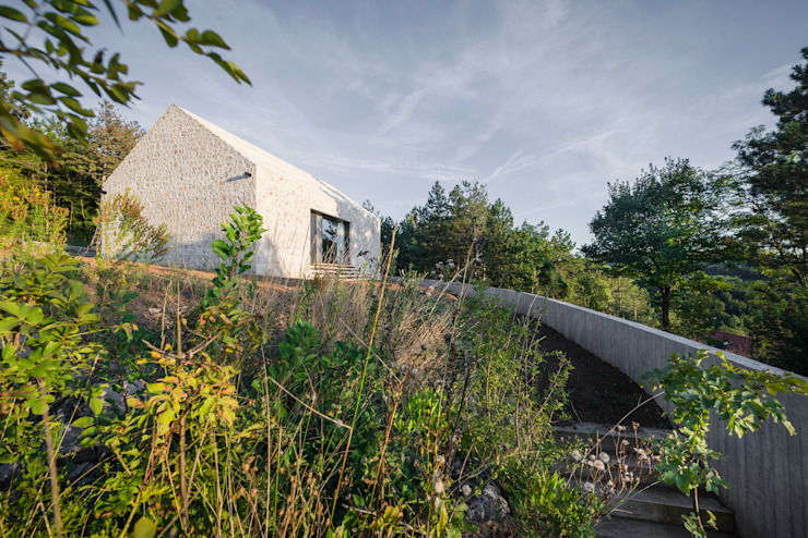 Compact Karst House Modern houses by dekleva gregorič arhitekti Modern