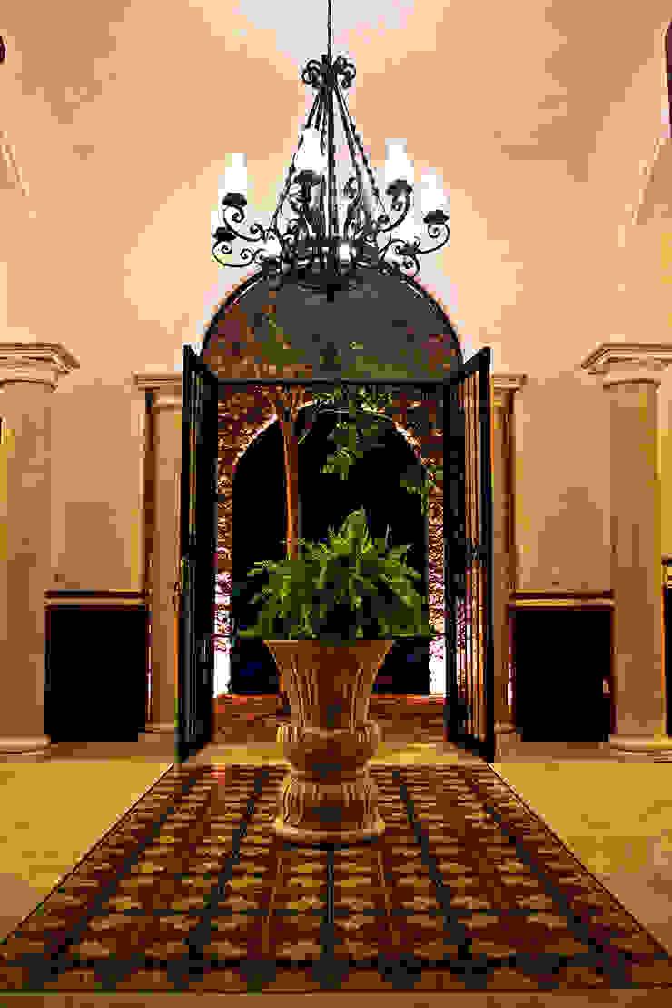 Vestíbulo Pasillos, vestíbulos y escaleras coloniales de Arturo Campos Arquitectos Colonial